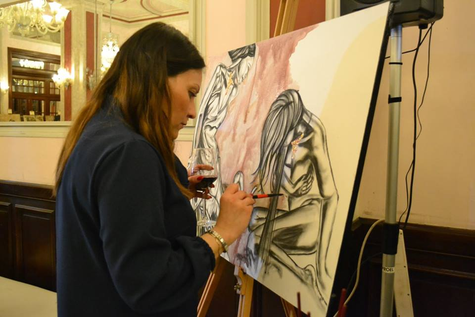 Arianna Greco durante la sua performance con la pittura al vino