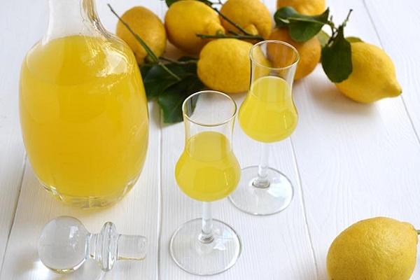 Limoncello con limoni di Rocca Imperiale